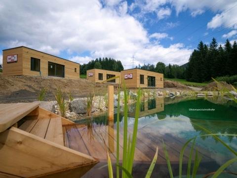 Lieb Modulhäuser am Standort der Wiesenquartiere mit Schwimmteich im Vordergrund
